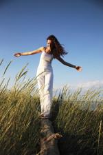 schlanke Frau im Gras , Praxis für Hypnotherapie Nidda