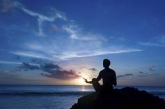 Mann auf Felsen, Praxis für Hypnotherapie Nidda